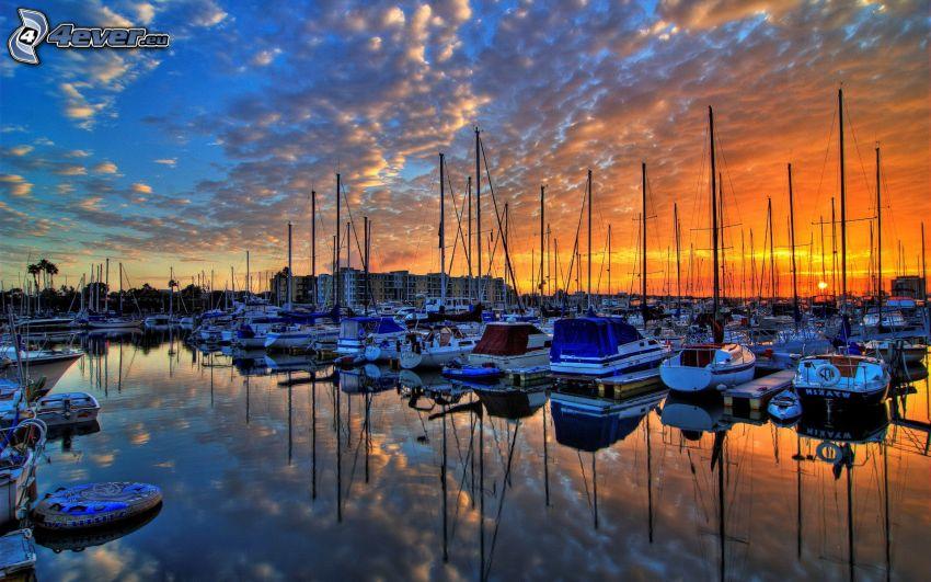 jachtový prístav, západ slnka, pokojná vodná hladina