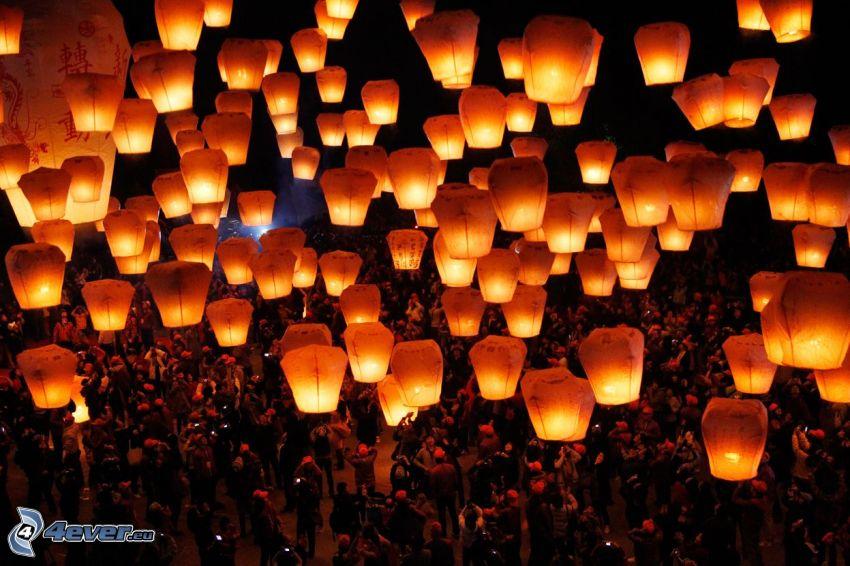 lampióny šťastia, dav ľudí