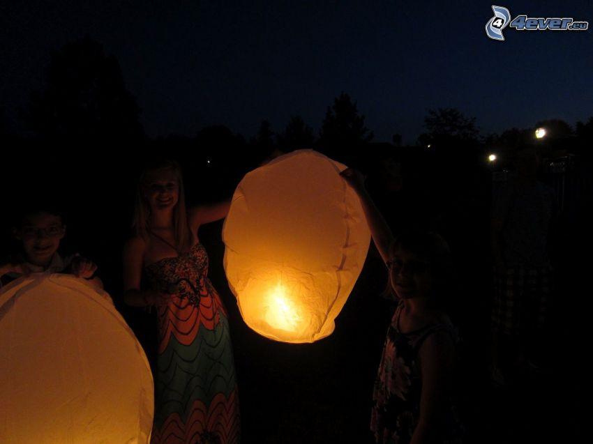 lampióny šťastia, ľudia, radosť, noc