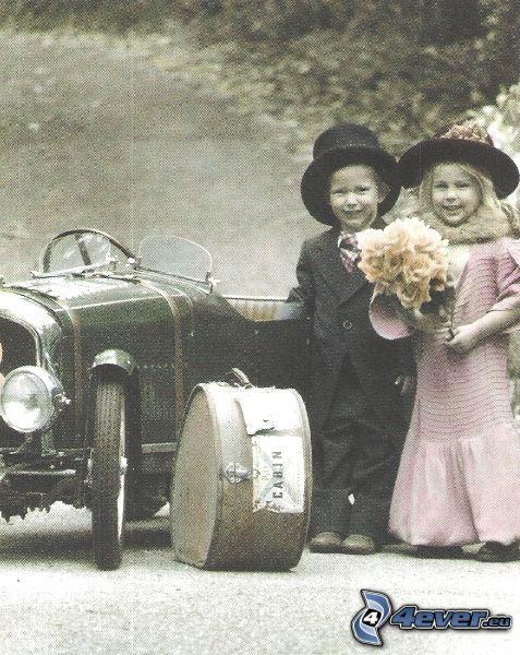 mladí svadobčania, deti, párik, veterán