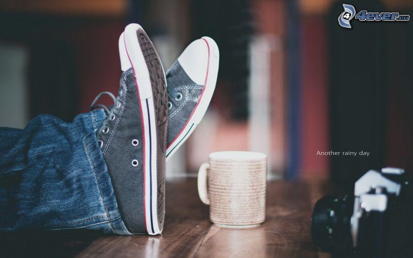 nohy, čierne tenisky, šálka