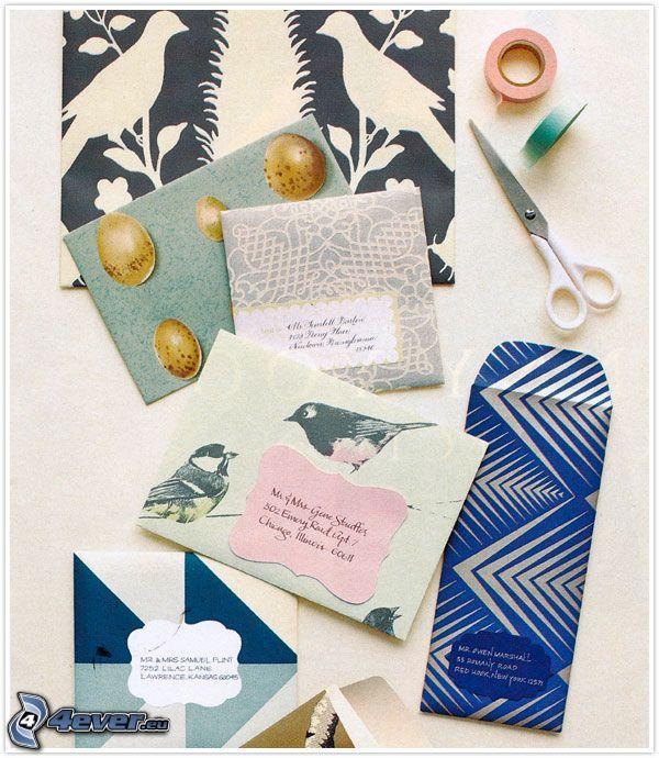 obálky, nožnice, páska, kreslený vtáčik