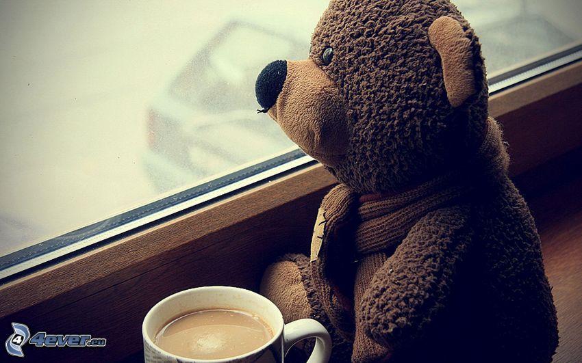 plyšový medvedík, šálka kávy