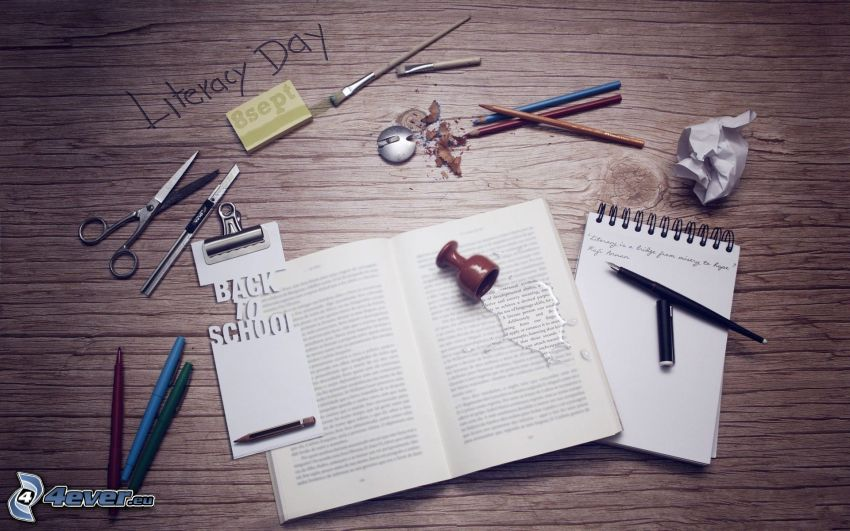 pracovný stôl, kniha, ceruzky