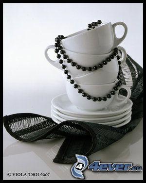 šálky, náhrdelník