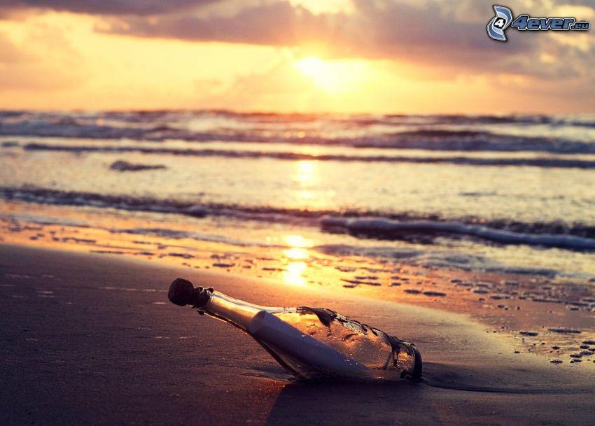 správa vo fľaši, pláž, západ slnka za morom