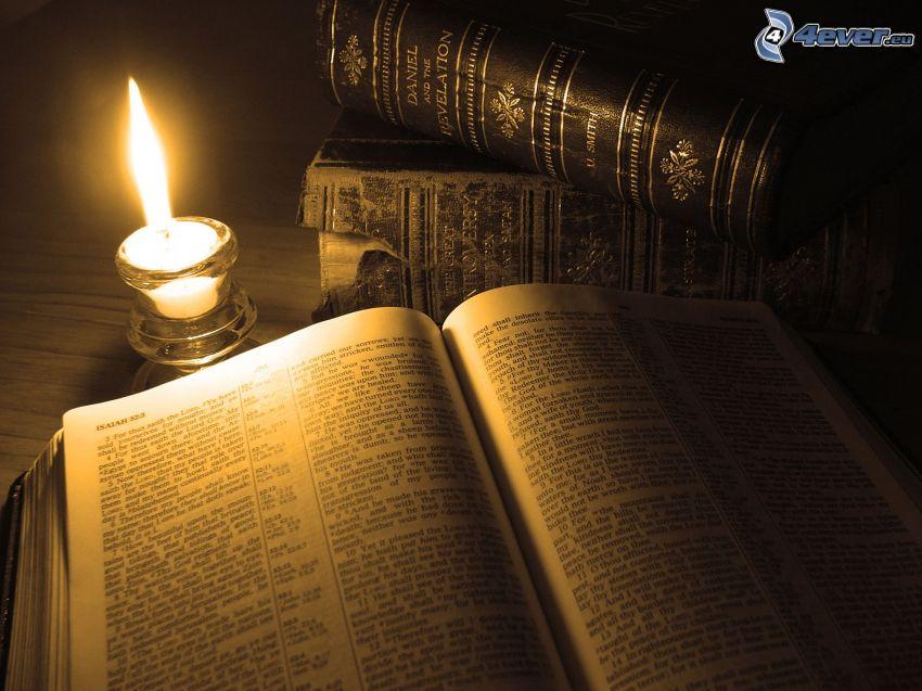 staré knihy, sviečka