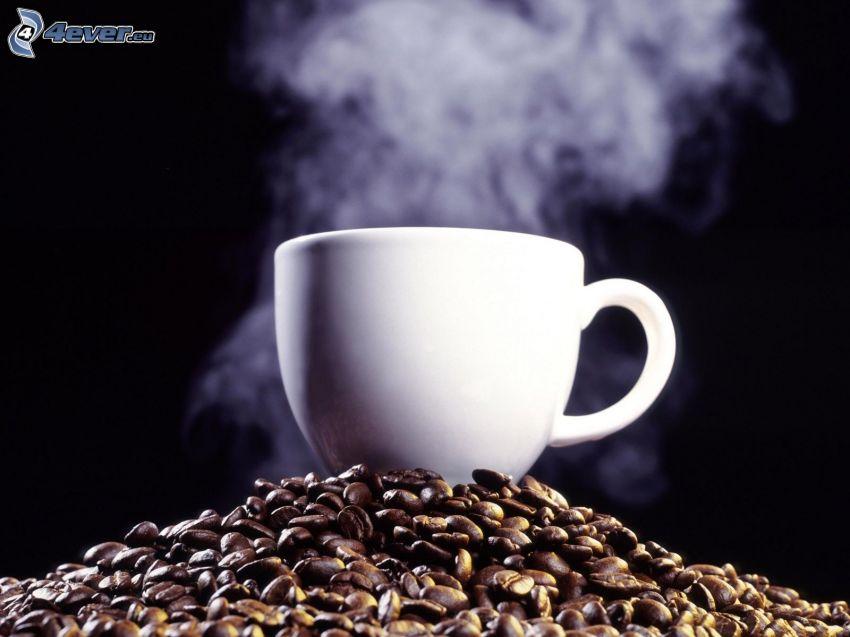 hrnček kávy, kávové zrná