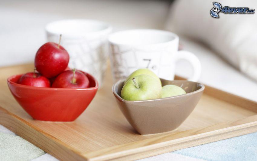 hrnčeky, červené jablká, zelené jablká