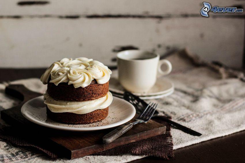 koláč, šálka kávy