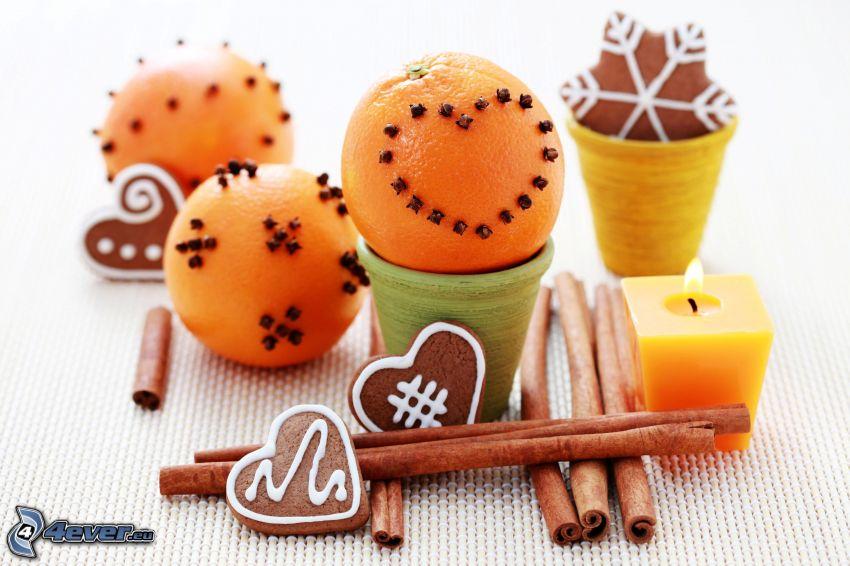 pomaranče, škorica, perníky, sviečka