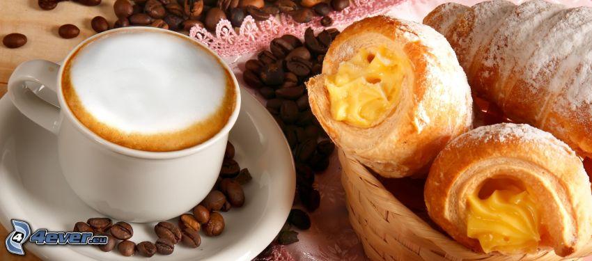 raňajky, šálka kávy, croissanty