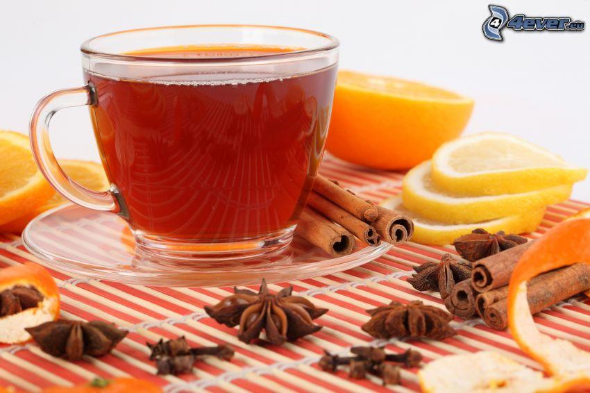 šálka čaju, škorica, plátky citrónu