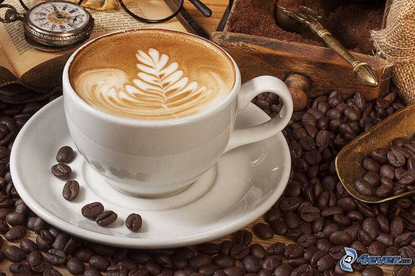 šálka kávy, kávové zrná, latte art