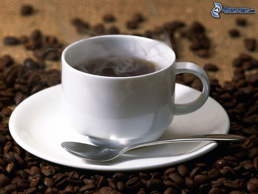 šálka kávy, kávové zrná, lyžička