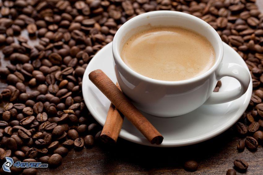šálka kávy, kávové zrná, škorica