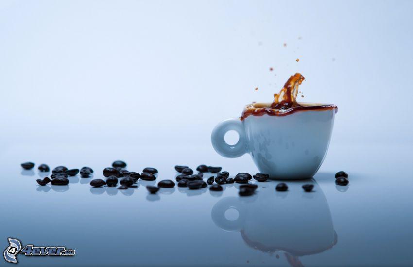 šálka kávy, kávové zrná, šplech