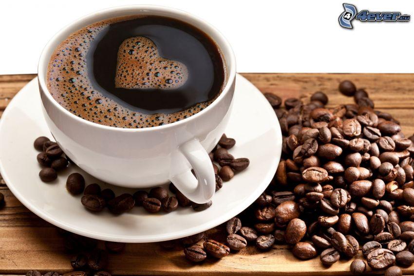 šálka kávy, kávové zrná, srdiečko