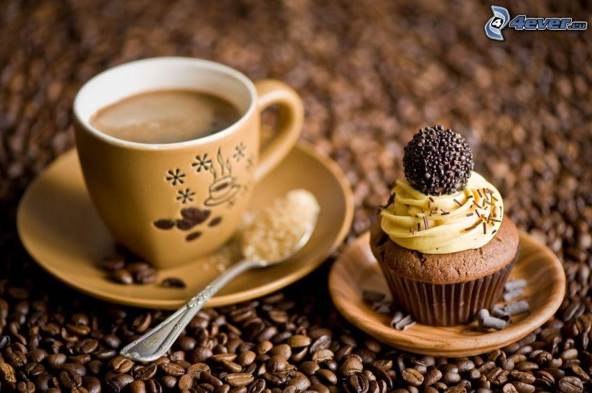 šálka kávy, muffiny, kávové zrná