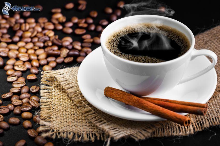 šálka kávy, škorica, kávové zrná