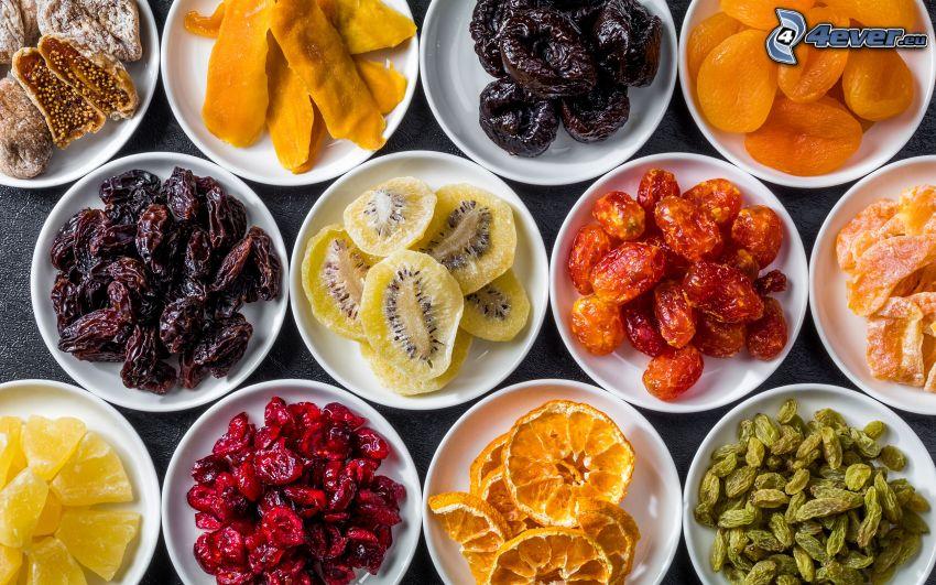 sušené figy, sušené slivky, sušené marhule, sušené ďatle, sušené kiwi, ananás, mango, sušené pomaranče