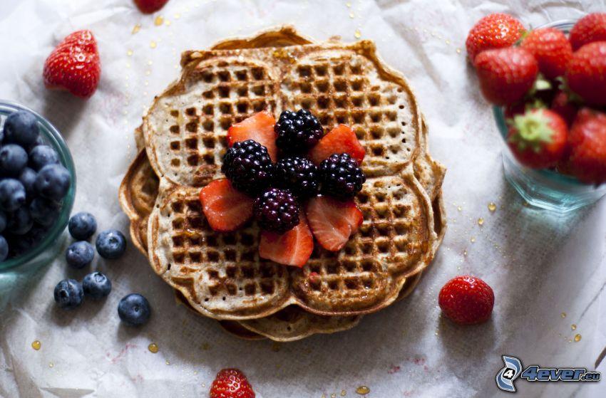 wafle, černice, jahody, čučoriedky