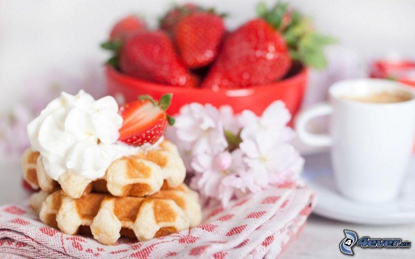 wafle, jahody, šľahačka