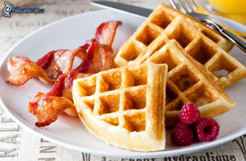 wafle, maliny, slanina