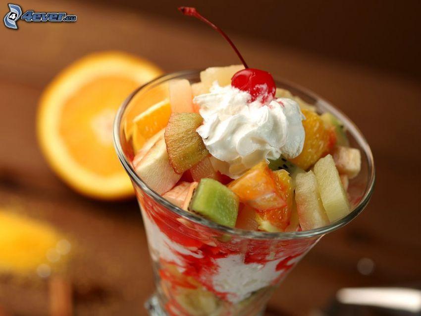 zmrzlinový pohár s ovocím, šľahačka