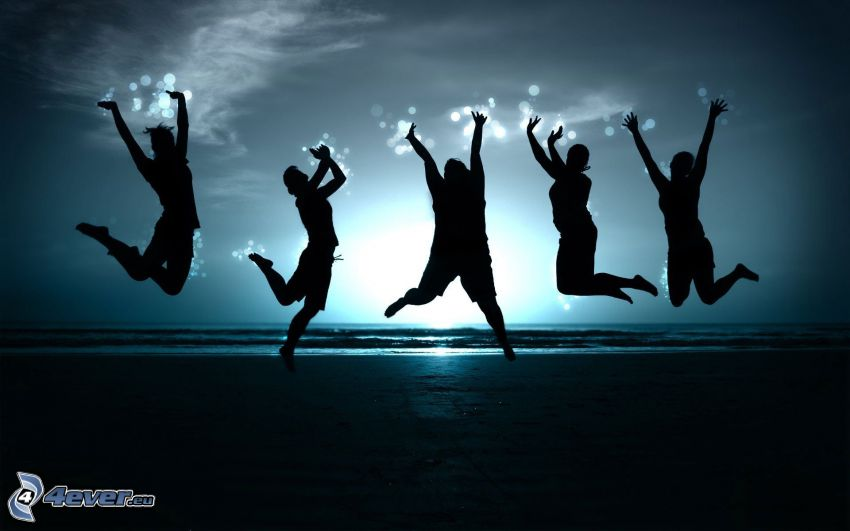 siluety ľudí, výskok, západ slnka za morom, šťastie