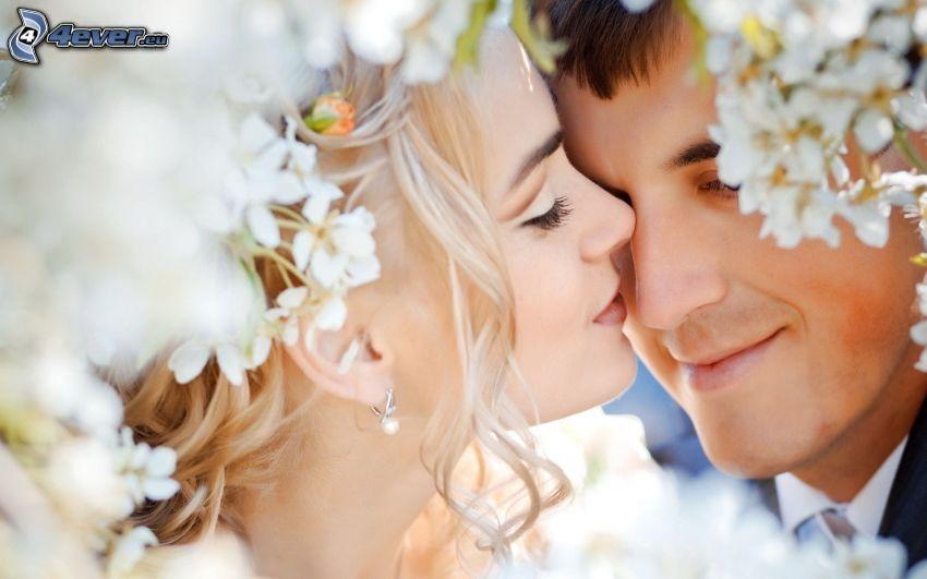mladomanželia, nevesta, ženích, párik, letmý bozk