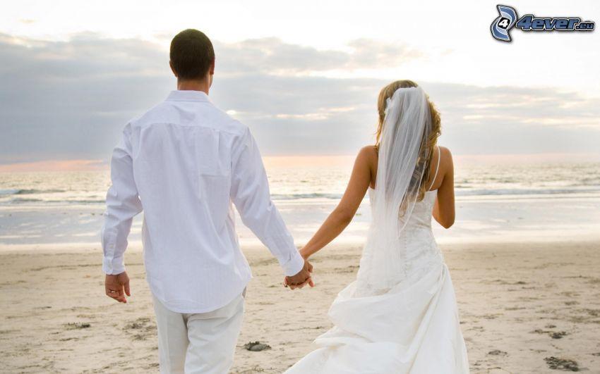 mladomanželia, piesočná pláž, more