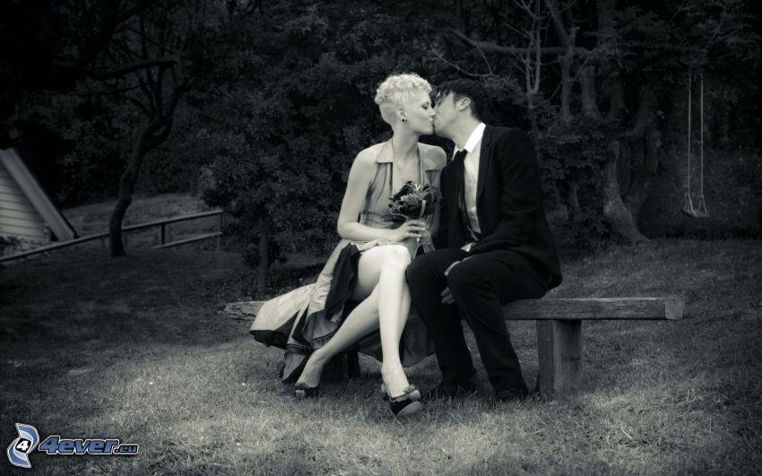párik na lavičke, bozk, čiernobiela fotka