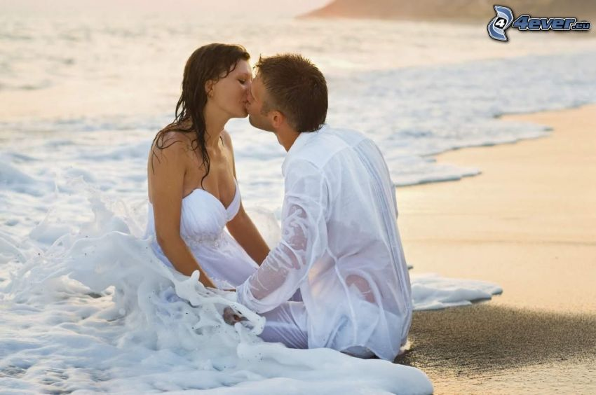 párik na pláži, more, mladomanželia