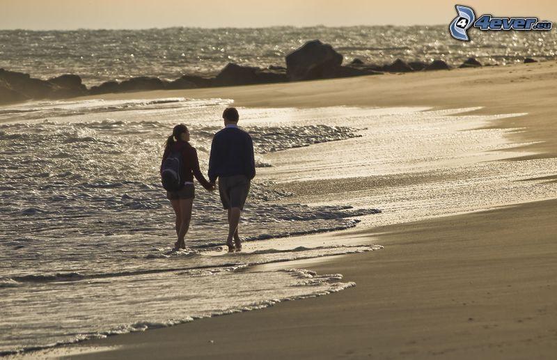 párik na pláži, more