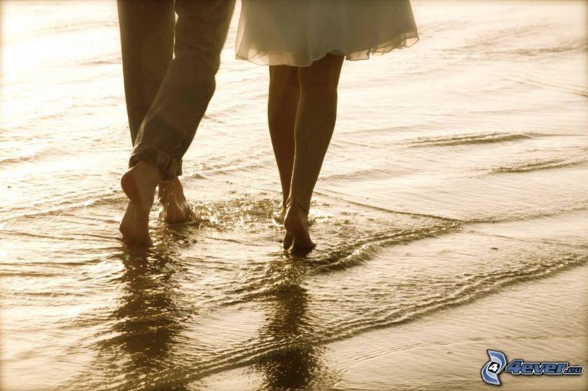 párik na pláži, nohy