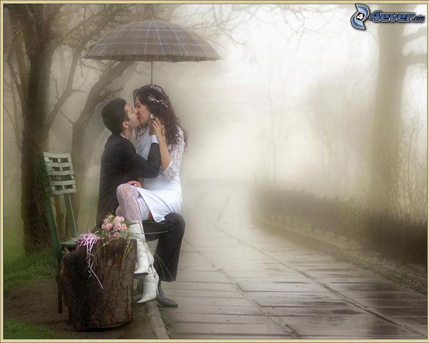 párik s dáždnikom, bozk v daždi, romantika, mladomanželia