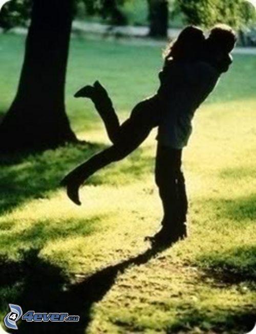 radostné objatie, párik v objatí, park, láska