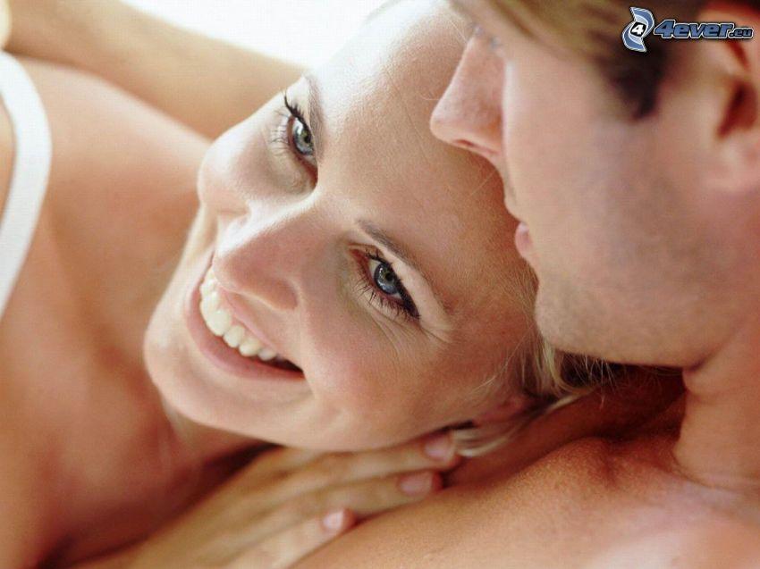šťastný párik, objatie, láska, úsmev