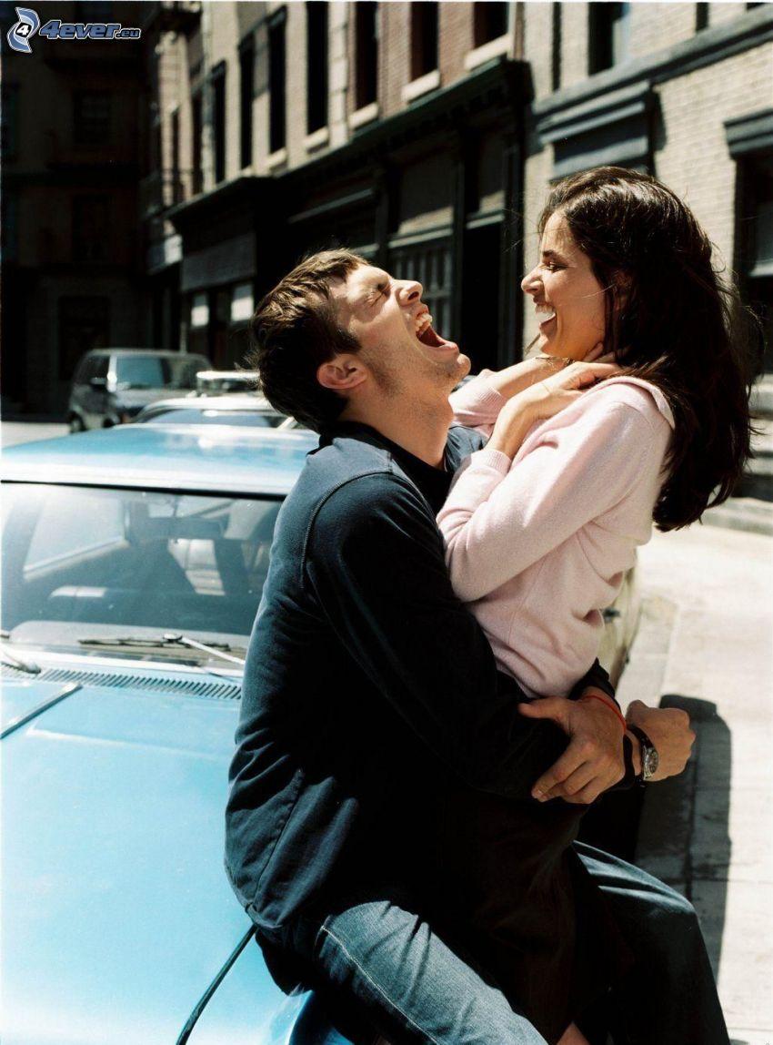 šťastný párik, radostné objatie, smiech, ulica