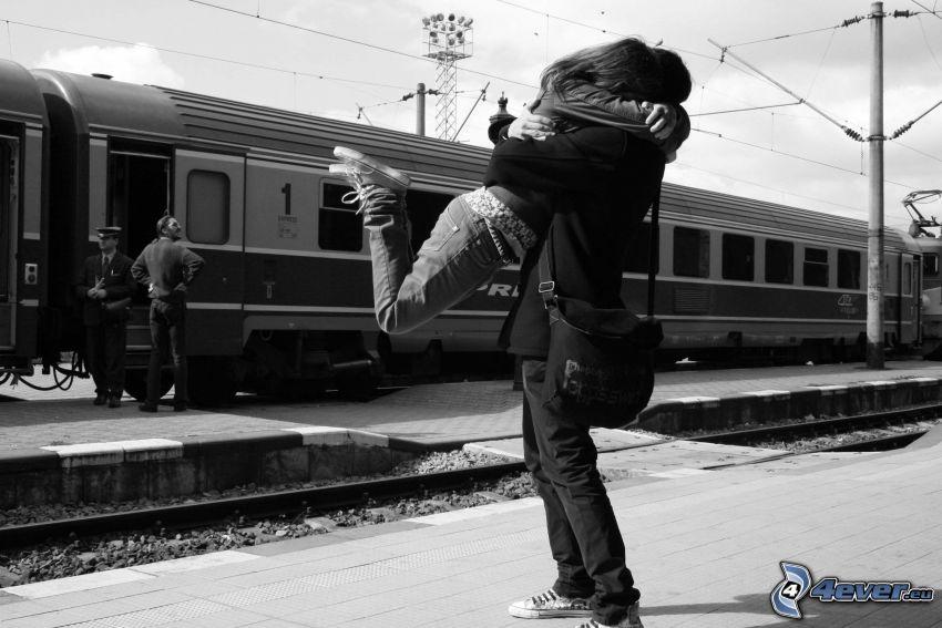 zaľúbené objatie, párik v objatí, privítanie, láska, vlak, šťastie
