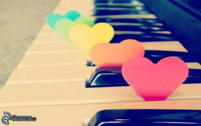 papierové srdce, farebné srdiečka, klavír