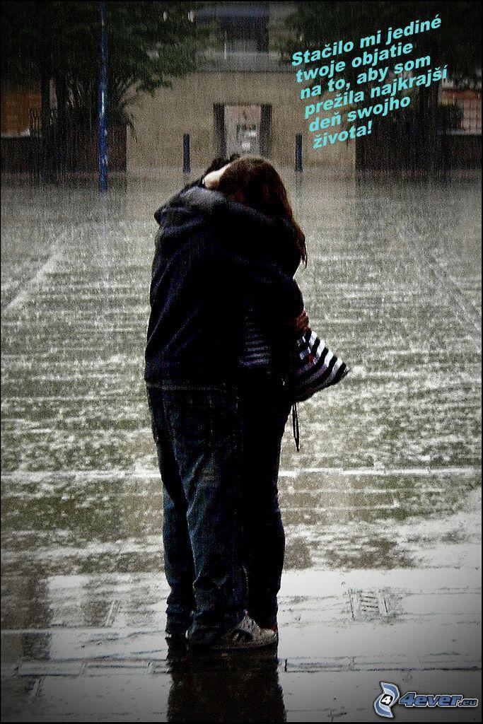 zaľúbené objatie, dážď, láska