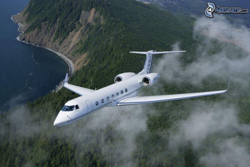 Gulfstream G550, súkromné prúdové lietadlo, oblaky, výhľad na krajinu