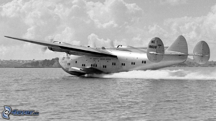 Boeing 314a, pristávanie, voda, čiernobiela fotka