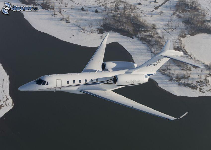 Citation X - Cessna, zasnežená krajina, jazero