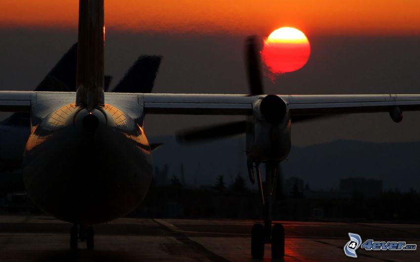 silueta lietadla, západ slnka