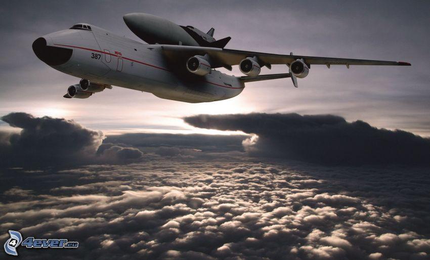 transport raketoplánu, lietadlo, nad oblakmi
