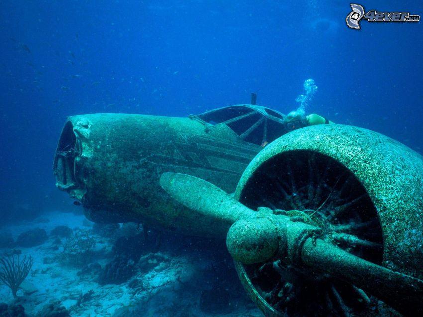 potopené havarované lietadlo, potápač pri vraku, vrtuľa, morské dno