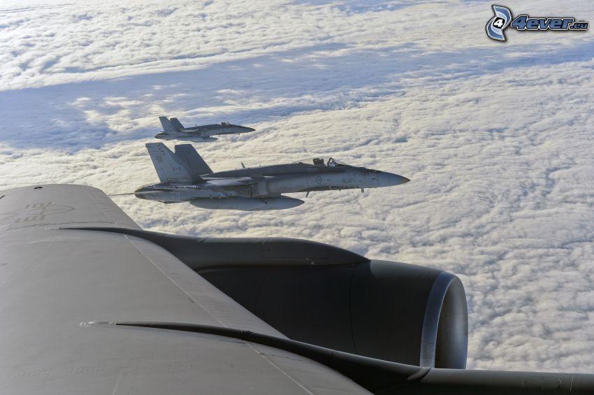 CF-188 Hornet, nad oblakmi